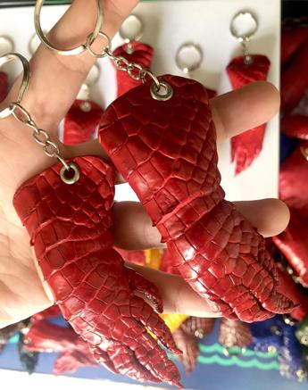 Móc khóa da cá sấu màu đỏ MKDCS04