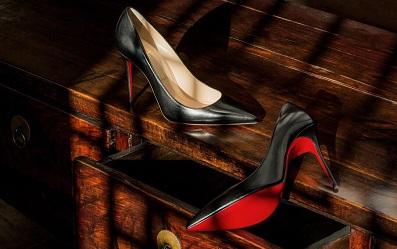 Tại sao giày cao gót Christian Louboutin lại có đế màu đỏ?
