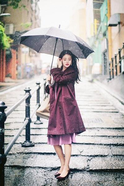 Tuyệt chiêu phối đồ xuống phố cho các cô nàng trong những ngày mưa